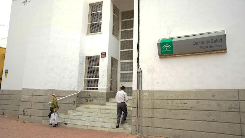 Un usuario entra en un centro de salud en la capital.