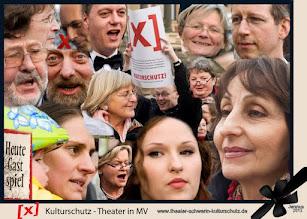 """Photo: Singen für das Theater 2012 - Kulturschutz - Theater in MV  Theater und Orchester in Schwerin wurden von 1991 bis 2012 von 640 auf 320 Mitarbeiter reduziert. Der neueste """"Sanierungsplan"""" verlangt in den kommenden drei Jahren die Streichung von weiteren 79 Stellen. Damit sind radikale Einschnitte für Qualität und Vielfalt des Angebotes zwingend verbunden, ohne dass die Abwärtsspirale dauerhaft gestoppt wäre.     http://www.theater-schwerin-kulturschutz.de"""