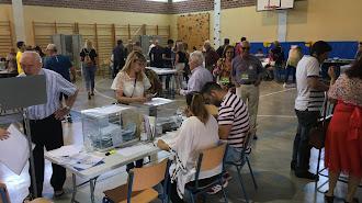 Votantes en el IES Nicolás Salmerón, este domingo.