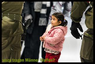 Photo: Mädchen, Männer und Waffen Streetfotos und mehr: goo.gl/B1OsX8