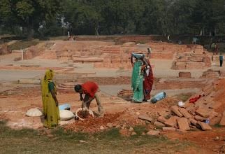 Photo: Kunnostustöitä Sarnathissa - sarit käyvat myos rakennustyöläisille