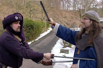 Photo: Ritter Algonkin vom Felsenturm und Arnulf demonstrieren den Kampf mit Waffen.