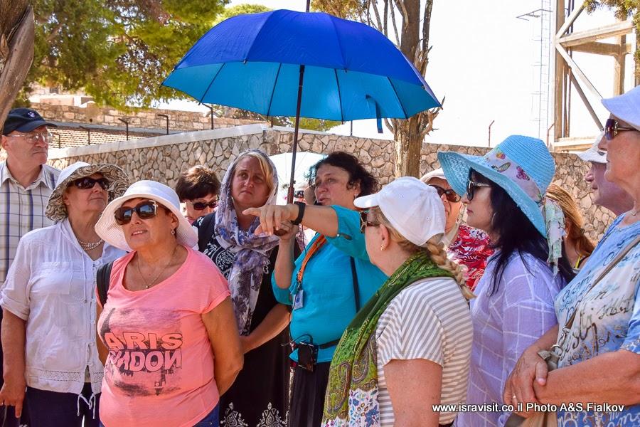 Гид в Израиле Светлана Фиалкова с группой туристов на экскурсии по Святым местам Галилеи - в церкви Преображения Господня на горе Фавор (Тавор).