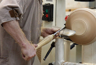 """Photo: Stuart really dislikes the term """"rubbing the bevel"""" because it implies a force. Here's a close up of Stuart """"floating the bevel"""". Note that the fingers of his left hand are on both sides of the tool, and his hand is not on the tool rest. This was an eye-opener for many of us."""