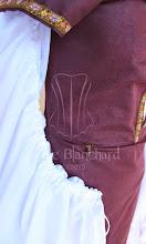 Photo: Vestido medieval em linho vinho com detalhes em galão e chemise de cambraia branca com detalhes franzidos nas mangas.   Site: http://www.josetteblanchard.com/ Facebook: https://www.facebook.com/JosetteBlanchardCorsets/ Email: josetteblanchardcorsets@gmail.com josetteblanchardcorsets@hotmail.com