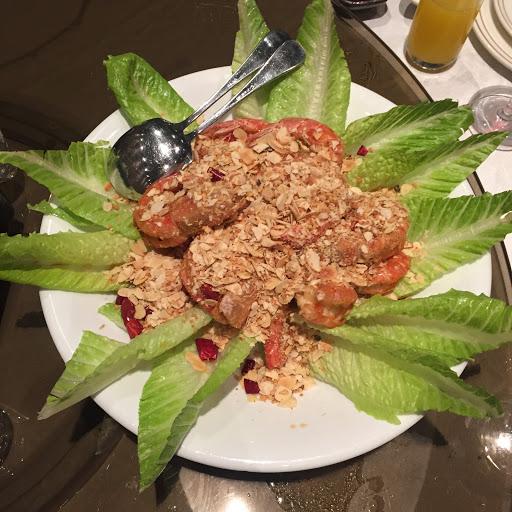 不是buffet那邊是合菜的 極不符合2500的價值 山藥細麵生魚片都不怎麼樣 帝王蟹和甜點很普 比較好吃的只有羊小排和照片裡這道菜上面的蒜片