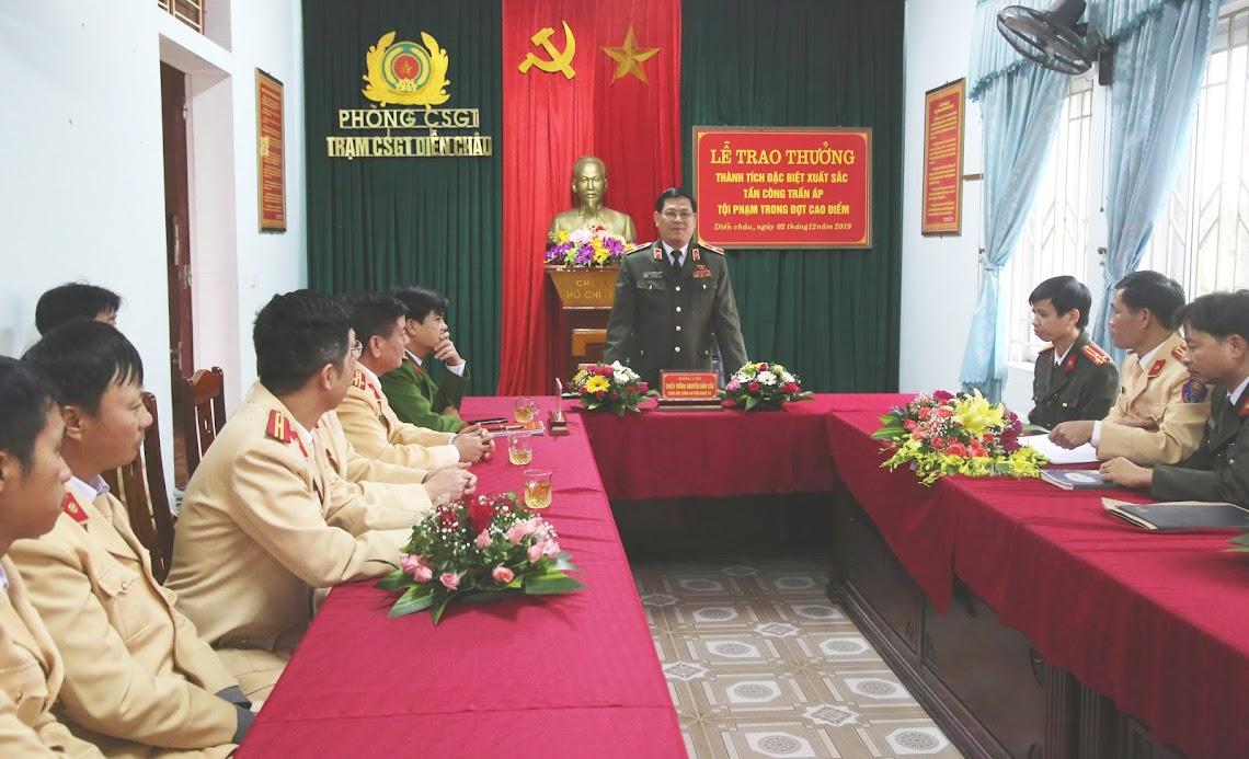 Thiếu tướng Nguyễn Hữu Cầu, Giám đốc Công an tỉnh ghi nhận, biểu dương về thành tích xuất sắc của Trạm CSGT Diễn Châu