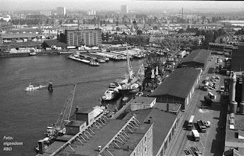 Photo: [1980 ©-verzameling Katendrechtse Bewonersorganisatie KBO] - www.katendrecht.info - Rijnhaven Z.z. - zicht vanaf dak Codrico (destijds nog Latenstein) - links onder een deel van het dak van de graansilo - midden de loodsen van het havenbedrijf Klapwijk-Rapide en daarachter het Metrostation Rijnhaven.