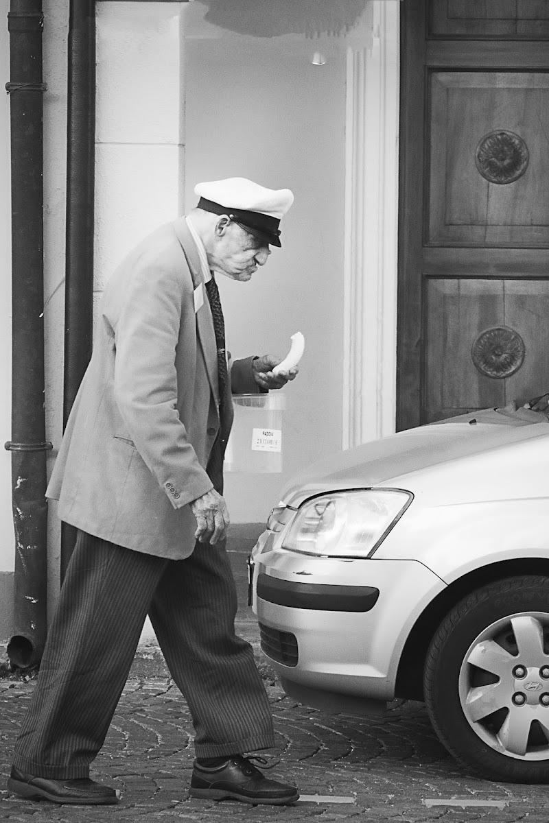 Anziano con banana di Artfotovi