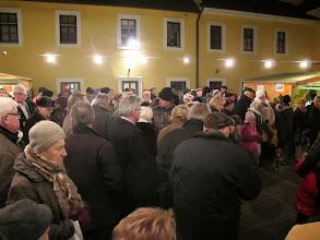 Photo: Der Adventmarkt zieht viele Besucherinnen und Besucher an.