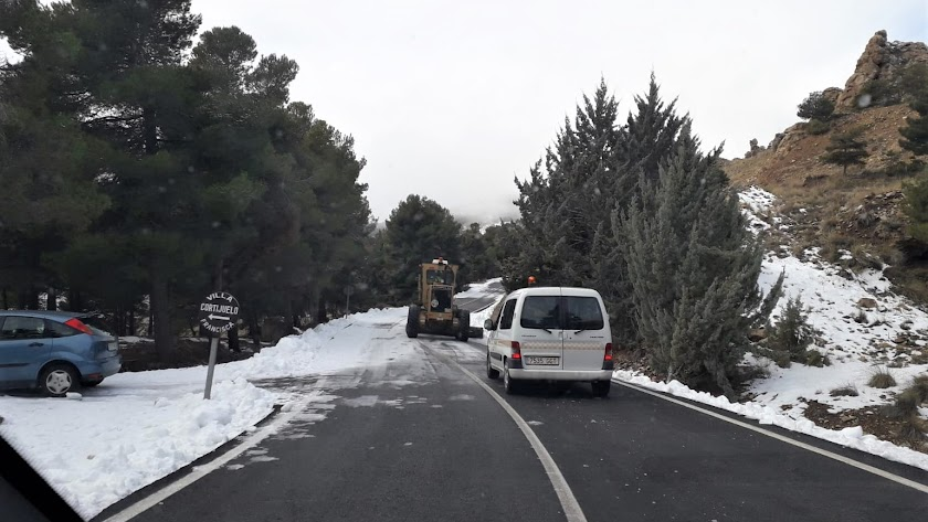 La Diputación mantiene activo el dispositivo para limpiar de nieve las carreteras