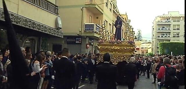 El Señor de las Penas en la calle General Tamayo y ante los numerosos devotos y cofrades.