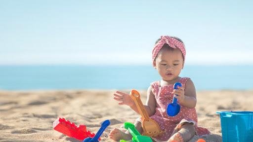Có nên cho trẻ chơi ngoài bãi biển không? Nhiều cha mẹ còn băn khoăn về vấn đề đó, cha mẹ sẽ phải bất ngờ vì cho con chơi ngoài biển thôi mà lại có nhiều lợi ích thú vị đến vậy.
