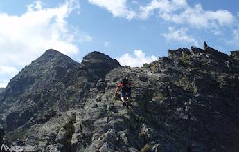 Photo: Trepamos entre bloques de I y II para culminar el primer pico de la cresta.