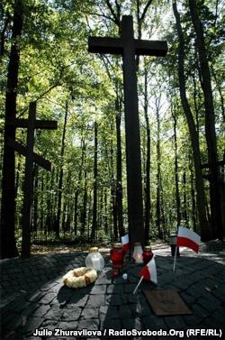 Крест в мемориальном комплексе под Харьковом