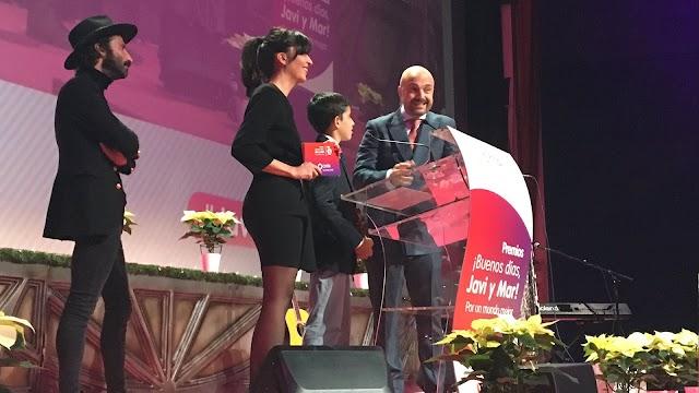 Recibiendo el premio con la presencia de Leiva.