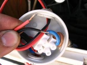 Photo: Conecto 12 voltios a la instalación original de la caravana