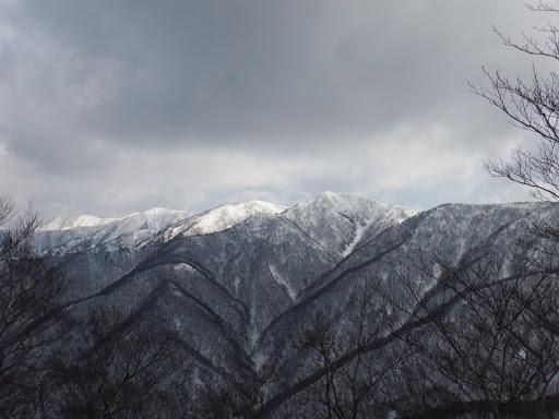 美濃俣丸山頂(中央右)を望む