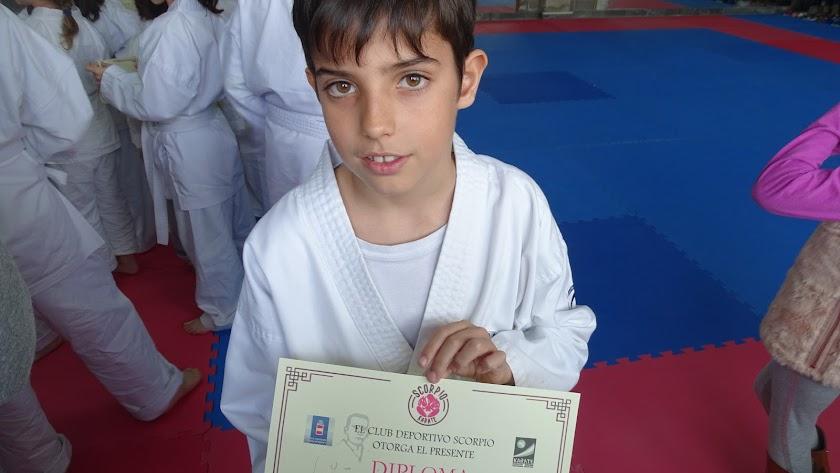 Noé Valverde Rodríguez muestra un diploma conseguido por sus destrezas en kárate.