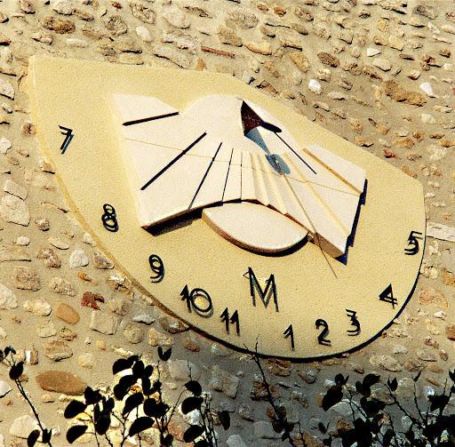 cadran solaire monumental vertical déclinant à Valréas Provence 84