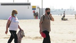 Gente con mascarillas en la playa valenciana de La Malvarrosa, en el primer día de obligatoriedad.