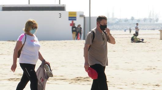 Mascarillas en la playa: Gobierno y autonomías deciden ahora revisar la norma