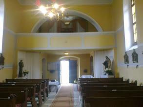 Photo: Karzat az orgonával Az előtér falfülkéjében Szent József szobra a kisdeddel látható. A főhajóban a bejáratnál Lisieux-i kis Szent Teréz és Szent Antal kisdeddel szobra áll.