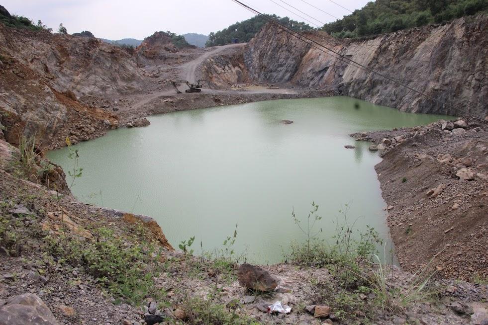 Mỏ đá lèn Thùng Buồng tại xã Quỳnh Tân, huyện Quỳnh Lưu của Công ty An Bình khai thác đá vượt quá độ sâu cho phép