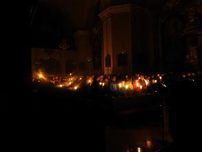 Photo: Langsam erhellt sich der Kirchenraum
