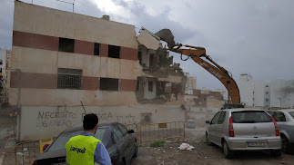 Demolición del edificio de viviendas entre Antonio Vico y calle Pósito