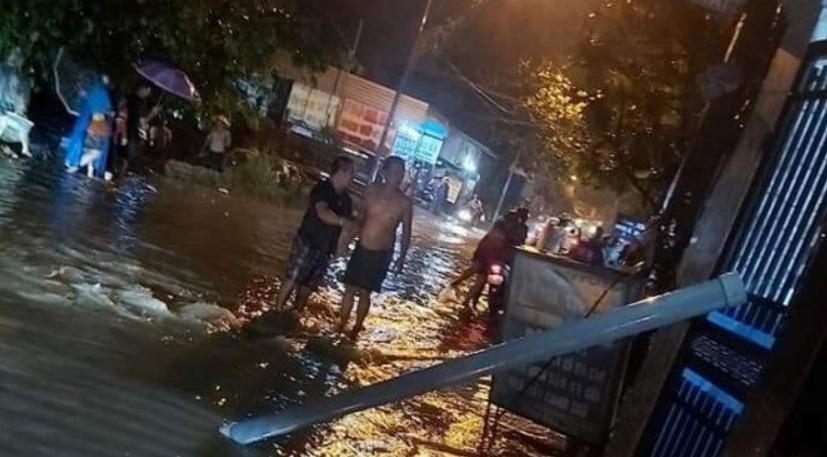 Bình Dương: Điện lan trên đường ngập nước, ba người bị giật thương vong - Ảnh 1