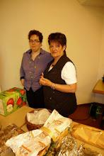 Photo: In der Pause wurde von der GF ein gratis Apero angeboten der allgemein sehr geschätzt wurde. Hier die beiden Helferinnen am Buffet  Regula  & Ruth.