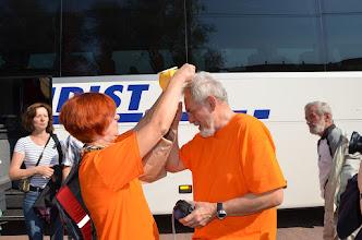 Photo: Zanim wyjechaliśmy, trzeba było oznaczyć organizatorów. Odznaczali się koszulkami w kolorze pomarańczy albo jak kto woli - kamizelek odblaskowych. Na głowę Navigatora została założona uroczyście czapeczka z wiatraczkiem o napędzie słonecznym do osuszania potu z czoła.