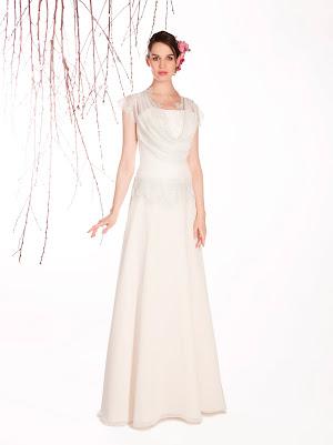 Robe de mariée Ella en mousseline très fluide et en dentelle fine avec un très élégant col en bénitier dans un esprit rétro chic