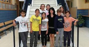 Alumnos de 1º ESO C junto a la directora, doña Cándida Hernández, en la entrada del IES Mediterráneo.