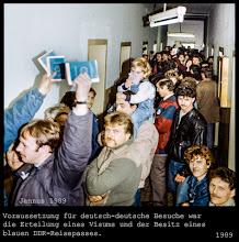Photo: Die neue Reiseverordnung der untergehenden DDR im November 1989. Um die deutsch-deutsche Grenze zu passieren, sollten Reisen von DDR Bürgern – auf Antrag – bis zu dreißig Tagen pro Jahr genehmigt werden. Voraussetzung war jedoch die Erteilung eines Visums und der Besitz eines DDR-Reisepasses.