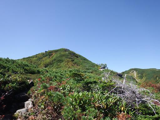 前方に第二ピーク、右奥に檜尾岳