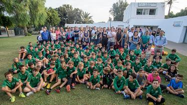 Los niños y niñas que están federados con el Club Natación Almería y sus padres en la sentada que han realizado a modo de protesta.