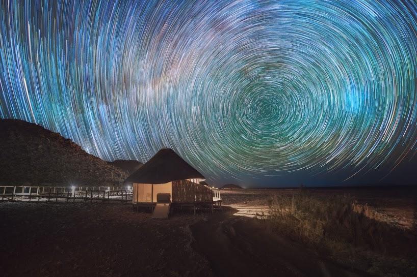 Senderos de estrellas arremolinados capturados sobre el desierto de Namib