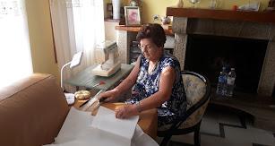 Una de las voluntarias del grupo de vecinos de Mójacar.