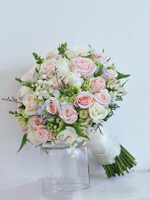 Ảnh có chứa bó hoa, cây, hoa, tường Mô tả được tạo tự động