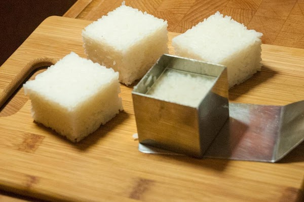 While the rice is still warm, shape it into squares.