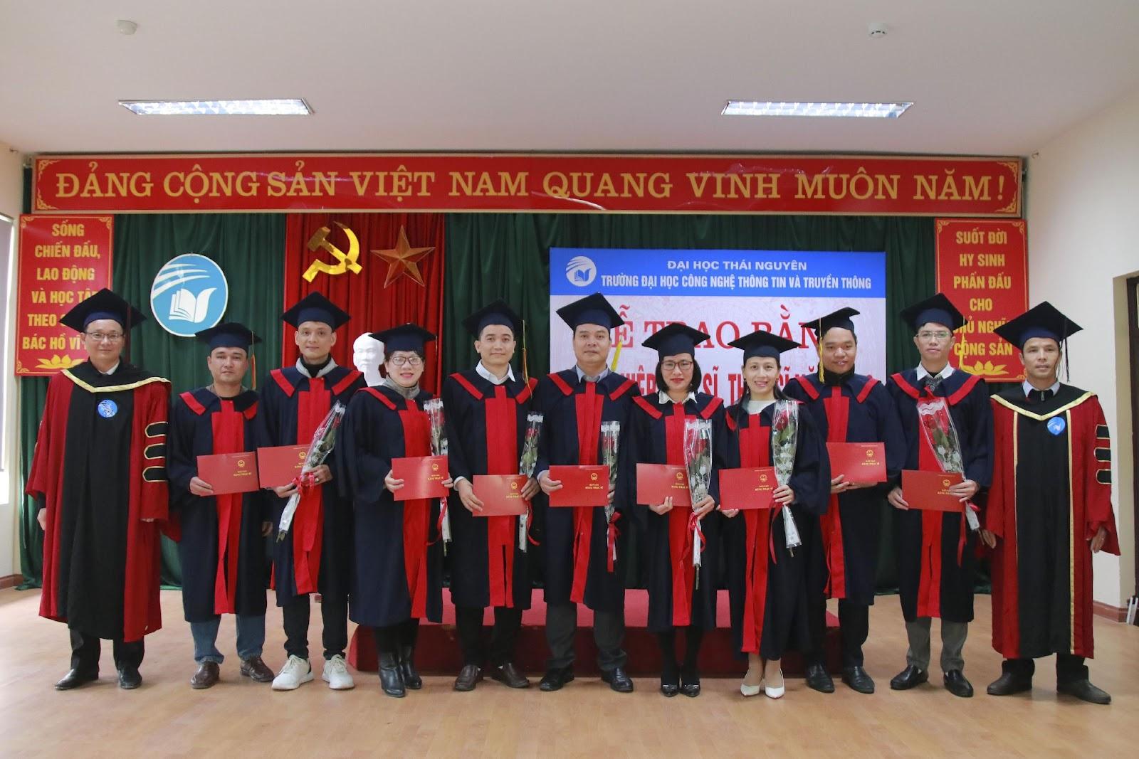 Các Tân thạc sĩ nhận hoa và bằng tốt nghiệp