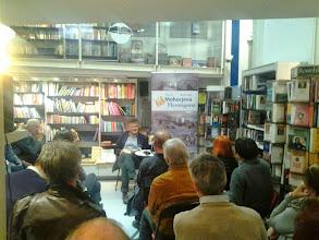 Photo: Josef Strutz bere Prežihovega Voranca v Mohorjevi knjigarni v Celovcu. (Foto Hanzi Mlačnik)