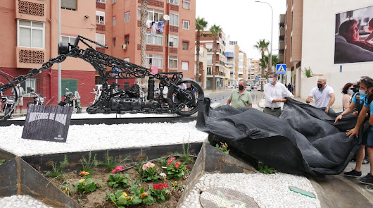 Adra rinde homenaje a la comunidad motera con la estatua de una 'chopper'