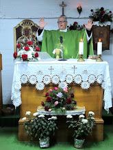 Photo: Rou2C33-151005Pietra Neamt, Patrick célébrant, autel, chapelle église St Lasif Munciatorul IMG_9384