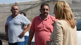 Esperanza Pérez, alcaldesa de Níjar, hablando con los agricultores sobre los daños de la gota fría.