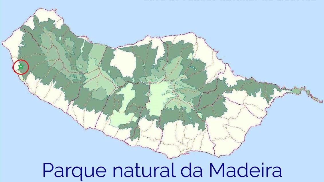 Kaartje van het Parque Natural da Madeira. Ons huis ligt aan de rand, in de rode cirkel.