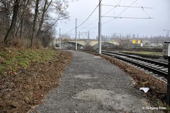 Photo: Geschotterter Weg neben den U-14-Gleisen. Hinten die Fern-/S-Bahn-Brücke über den Neckar