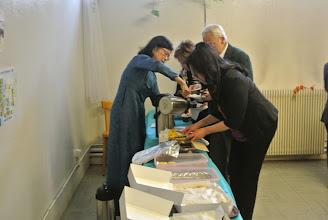 Photo: L'heure du thé (tea time) Nhu Hoa assure le service